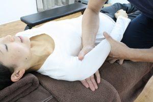 巻き肩の原因を作る筋肉をゆるめ、肩関節のポジションを修正